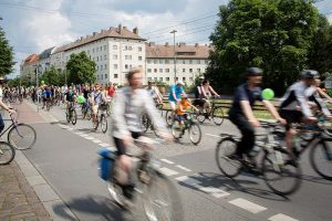 Menschen auf Fahrraedern