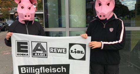 Greenpeace-Aktivisten vor einem Hamburger Supermarkt